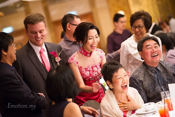 shangrila-hotel-wedding-reception-bride-groom-mingling-emotion-in-pictures-andy-lim