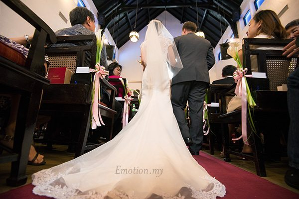 st-andrew-church-wedding-bride-gown-train-emotion-in-pictures-andy-lim