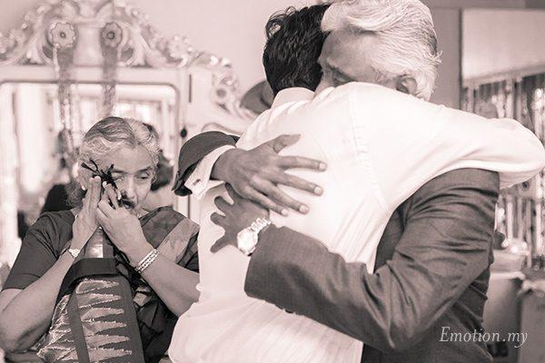hugging-parents-wedding-photographer-malaysia-andy-lim