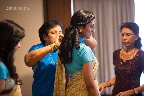 tying-saree-wedding-photographer-malaysia-andy-lim