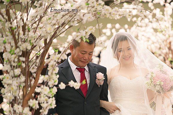 bride-dad-garden-ceremony-cyberview-lodge-kelvin-yee-leng
