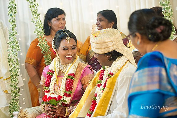hindu-wedding-klang-malaysia-siva-rajes-bride-smiles