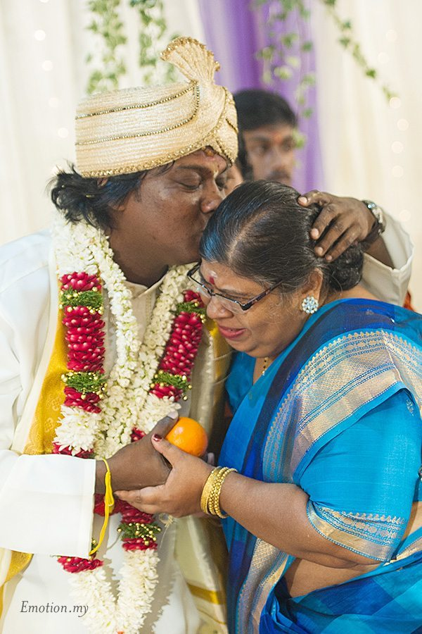 hindu-wedding-klang-malaysia-siva-rajes-groom-kisses-mother
