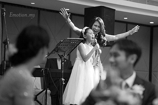 reception-girl-sings-frozen