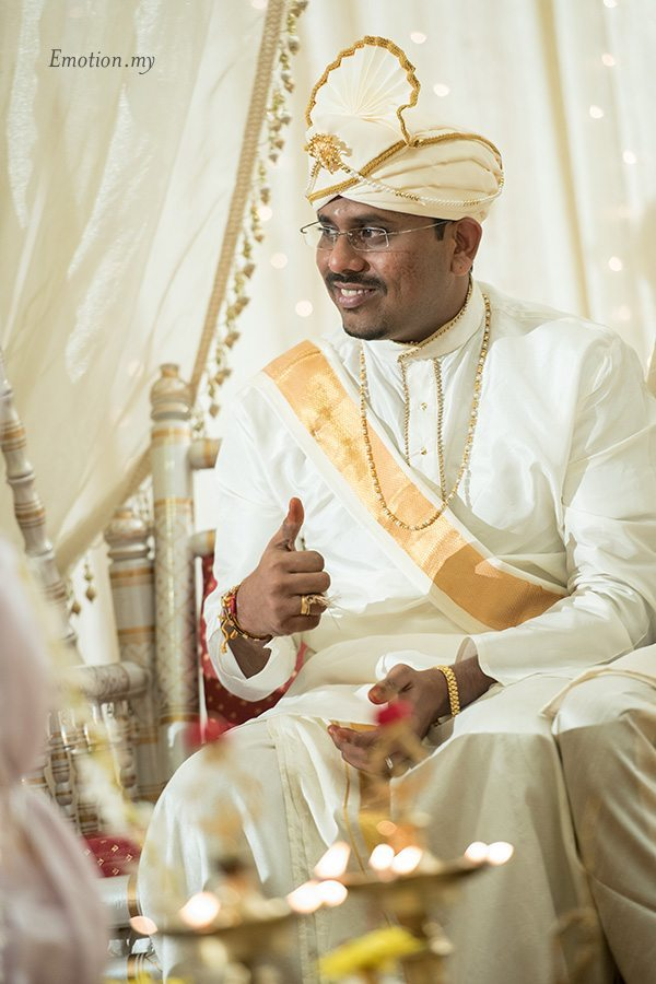 hindu-wedding-groom-thumbs-up