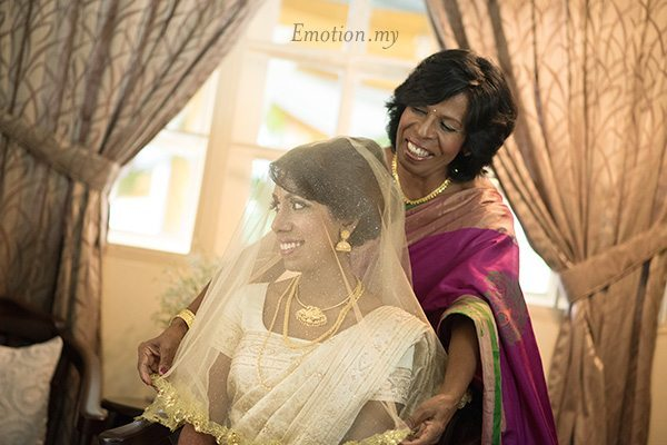 hindu-wedding-mother-veils-bride