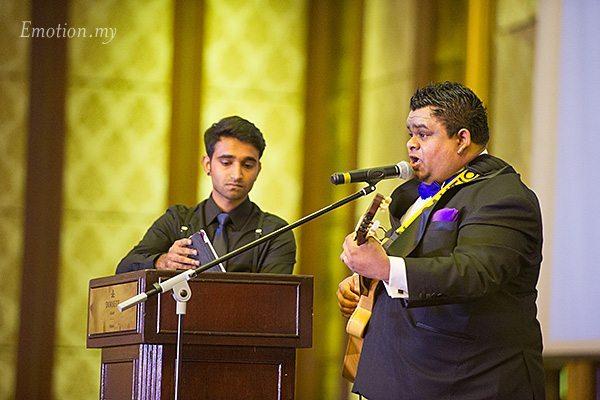 wedding-reception-malaysia-groom-sings-nigel-karina
