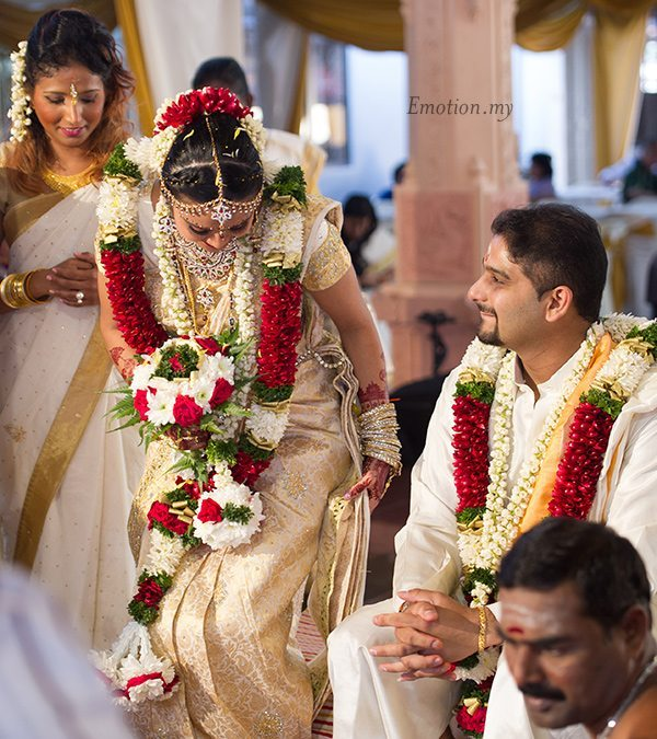 tamil-hindu-wedding-ceremony-sri-sakthi-easwary-bride-arrives-vimal-vimala
