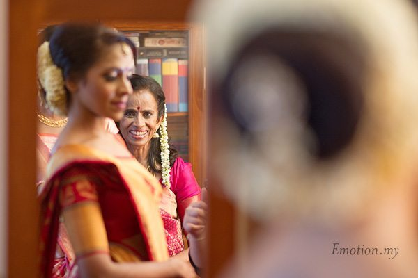 bride-mother-admiring-wedding-kartik-kavitha