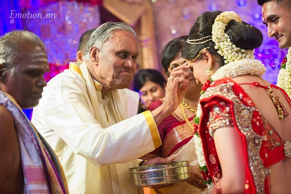 hindu-malayalee-wedding-ceremony-parents-blessing-suraj-malathi