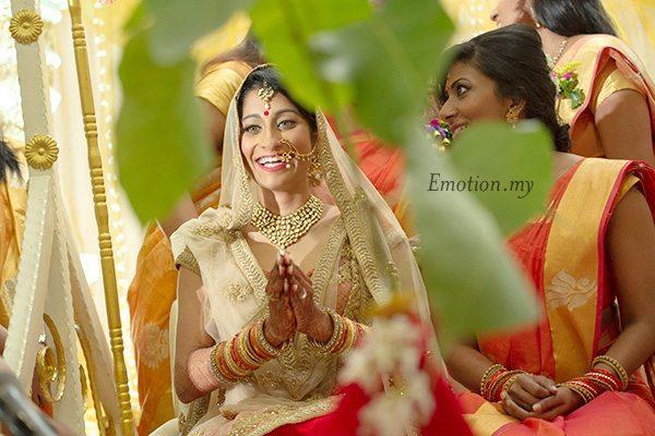 hindu-wedding-ceremony-bride-smiles-kuala-lumpur-malaysia-kris-tharshini
