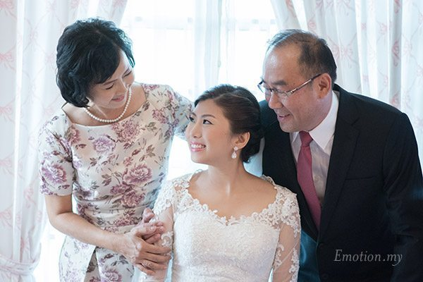 christian-wedding-parents-hugging-bride-lenjin-melissa