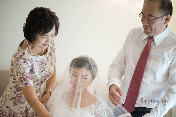 christian-wedding-parents-veil-bride-lenjin-melissa