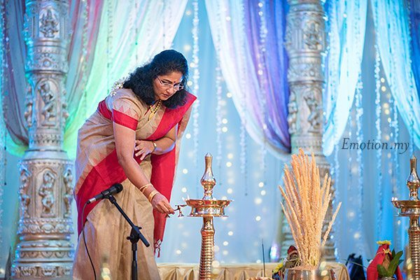malayali-wedding-bride-mother-lighting-vilakku-sanjeev-reshmi