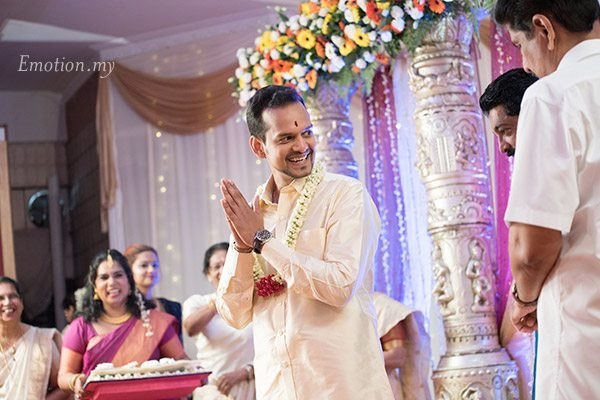 malayali-wedding-groom-laughing-sanjeev-reshmi