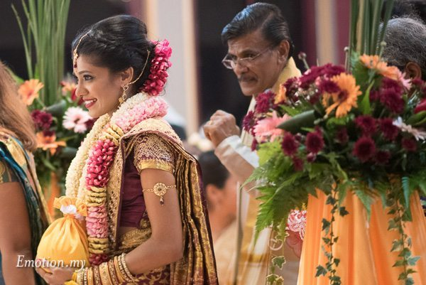 hindu-tamil-wedding-ceremony-bride-arrival-malaysia-raymond-darshini