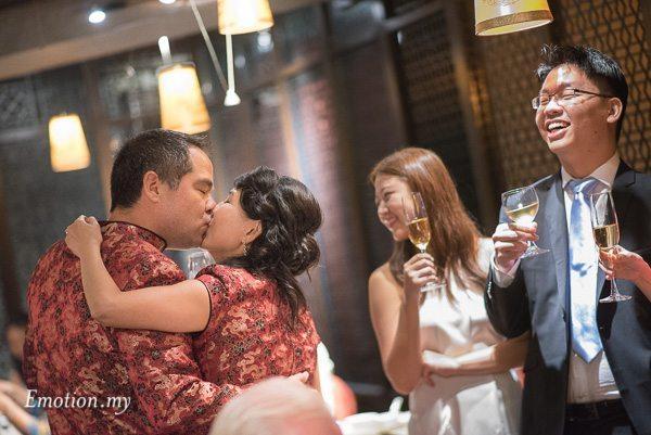 chinese-wedding-reception-kiss-toast-kuala-lumpur-malaysia